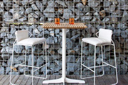 OASIQ Sandur barstools with Ceru table